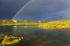 Regenboog in bergen Royalty-vrije Stock Fotografie