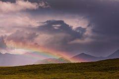 Regenboog in bergen Royalty-vrije Stock Afbeeldingen