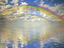 Regenboog, bewolkte hemel en oceaan Royalty-vrije Stock Afbeeldingen
