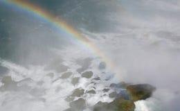 Regenboog bij basis van waterval Stock Foto's