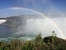 Regenboog bij Niagara Falls Stock Afbeeldingen