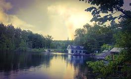 Regenboog bij plattelandshuisje Stock Foto's