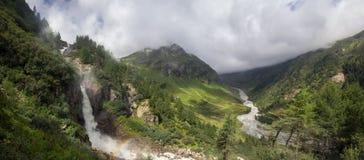 Regenboog bij Schlatenkees-Waterval in de Alpen Stock Afbeelding