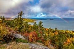 Regenboog bij Sugarloaf-Berg in de Herfst, Marquette Michigan stock foto