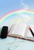 Regenboog in boek Stock Afbeeldingen