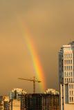 Regenboog boven de stad Stock Afbeeldingen