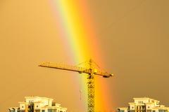 Regenboog boven de stad Royalty-vrije Stock Foto's