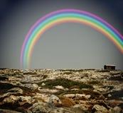 Regenboog boven een eenzaam huis royalty-vrije stock afbeelding
