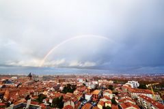 Regenboog boven Toulouse Stock Foto
