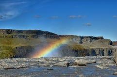 Regenboog boven waterval Stock Foto's