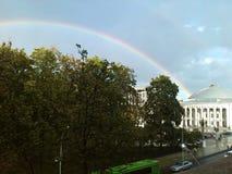 Regenboog buiten mijn venster Royalty-vrije Stock Foto's