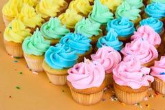 Regenboog cupcakes Stock Afbeelding