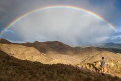 Regenboog in de bergen Stock Foto