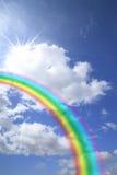 Regenboog in de blauwe hemel Stock Afbeeldingen