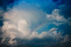 Regenboog in de blauwe hemel Royalty-vrije Stock Afbeeldingen