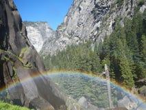 Regenboog in de mist van de canion stock foto
