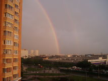 Regenboog in de stad Stock Afbeeldingen