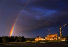 Regenboog dichtbij bouwwerf Stock Foto's