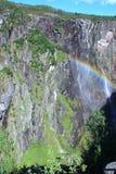Regenboog dichtbij een waterval Stock Foto