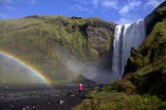Regenboog door Skogafoss waterval in zuidelijk IJsland Royalty-vrije Stock Afbeelding