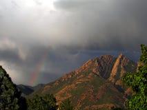 regenboog en olympusberg stock afbeeldingen