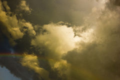 Regenboog en onweerswolken Stock Afbeelding