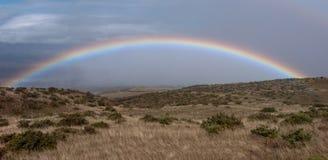 Regenboog en stormachtige wolken Stock Fotografie
