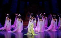 Regenboog en Veerkledingstukdans de 3-tweede handeling: een feest in de van het paleis-heldendicht de Zijdeprinses ` dansdrama ` stock foto