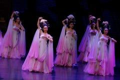 Regenboog en Veerkledingstukdans de 4-tweede handeling: een feest in de van het paleis-heldendicht de Zijdeprinses ` dansdrama ` royalty-vrije stock fotografie