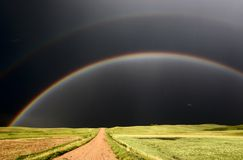Regenboog en verdonkerde hemelen Stock Foto