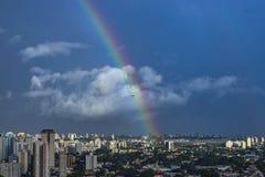 Regenboog en vliegtuig in de stad De stad van Sao Paulo, Brazilië royalty-vrije stock foto's