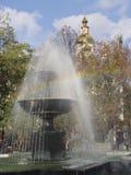 Regenboog in fonteinstralen Stock Afbeeldingen