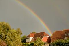 Regenboog in het bedreigen van hemel tijdens onweer Brian in het UK Stock Afbeeldingen