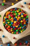 Regenboog Kleurrijke Suikergoed Met een laag bedekte Chocolade stock afbeeldingen