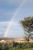 Regenboog met leeg teken aan het eind stock fotografie
