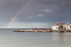 Regenboog na de regen, in Costa Brava weinig stad Stock Foto's