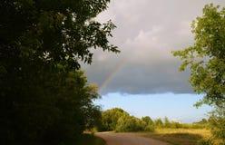 Regenboog na een sterke paddestoelregen royalty-vrije stock foto