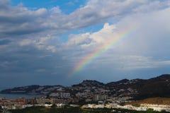 Regenboog na het onweer over de stad stock afbeeldingen