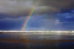 Regenboog in Nye Beach in Nieuwpoort, Oregon Stock Foto