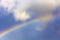 Regenboog onder wolken in de hemel Achtergrond Zachte nadruk Stock Afbeelding
