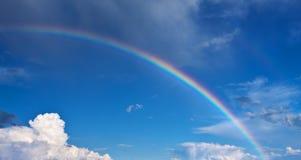 Regenboog op blauwe hemel Stock Fotografie