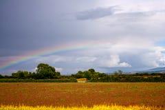 Regenboog op de bewolkte hemel Stock Afbeelding