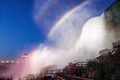 Regenboog op de Niagara-Daling Stock Afbeeldingen