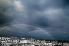 Regenboog op de Stad dichtbij het Overzees Stock Foto