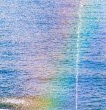 Regenboog op een nevel van water in aard stock fotografie
