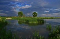 Regenboog op het Meer dichtbij Kostinbrod, Bulgarije royalty-vrije stock fotografie