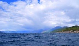 Regenboog op land Royalty-vrije Stock Afbeeldingen