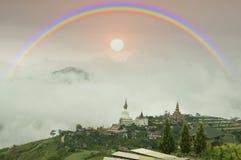 Regenboog op nevelige berg in het regenachtige seizoen Royalty-vrije Stock Afbeelding