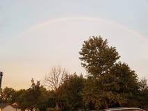 Regenboog in openlucht stock fotografie