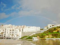 Regenboog over Albufeira 1 stock afbeelding